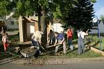 POMÁHALI I MÍSTNÍ. Do obnovy autobusové zastávky se v Manešovicích zapojili i tamní obyvatelé.