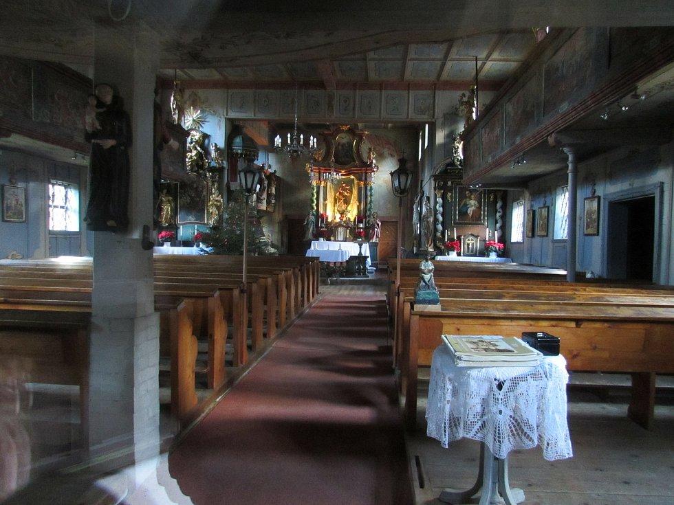 Barokní Kostel svatého Kryštofa je z vnějšku krytý břidlicovým obkladem.