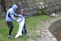 PETR A NIKOLAS LEMROVI při úklidu liberecké přehrady.