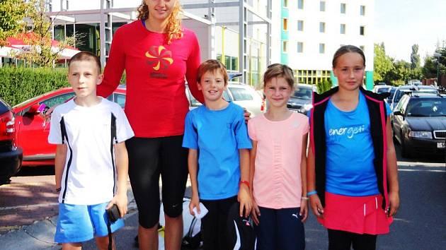 LIBERECKÉ NADĚJE S KVITOVOU. Zleva: Majšajdr, Kvitová, Málek, Kareisová a Gajdošová.