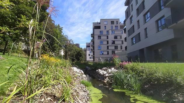Zanedbané městské pozemky zrekultivoval Syner, který v lokalitě postavil nové byty.
