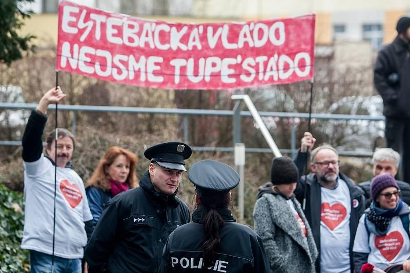 Výjezdní zasedání vlády ČR v Libereckém kraji proběhlo 13. března. Na snímku je tichý protest u sídla Libereckého kraje v Liberci.