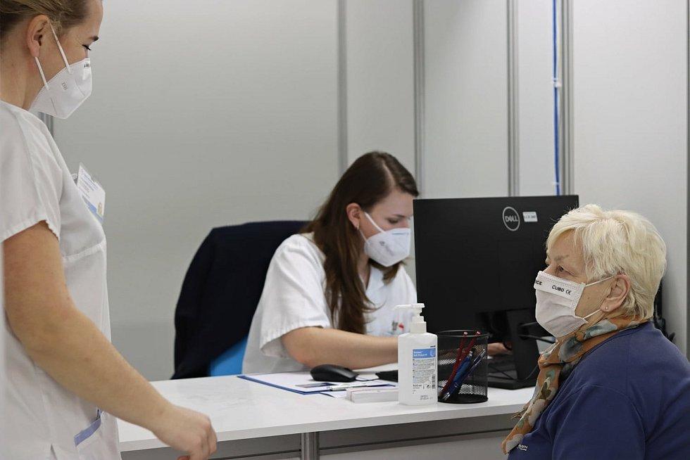 """Očkovací centrum v Liberci má za sebou první """"zátěžový"""" den"""