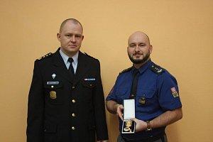 Inspektor strážní služby liberecké vazební věznice Ladislav Venclák (vpravo) získal Čestnou medaili Vězeňské služby za to, že daroval kostní dřeň šesti lidem.