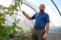 Pavel Balák ve zmenšené verzi polytunelu na zahradě ve Fojtce.