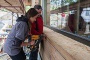 Reportérka Deníku Denisa Albaniová si na vlastní kůži vyzkoušela, co obnáší stavba dřevěného skeletového domu. Činnosti spojené se stavbou si vyzkoušela 13. června při výstavbě rodinného domku ve Strážném u Vrchlabí.