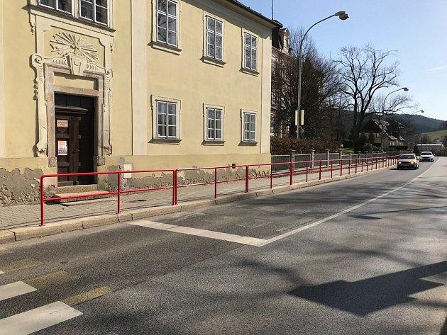 Prodloužené zábradlí ve Vratislavicích.