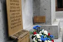 BRONZOVÁ DESKA PŮSOBÍ NENÁPADNĚ. Autorem malé bronzové cedule, která je umístěna v uctivé vzdálenosti od tankového pásu, je liberecký sochař Jiří Gdovín.