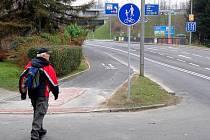 Směrem od kruhového objezdu pod soudem ke křižovatce s ulicí Wintrovou vyrostla nová stezka pro pěší a cyklisty.