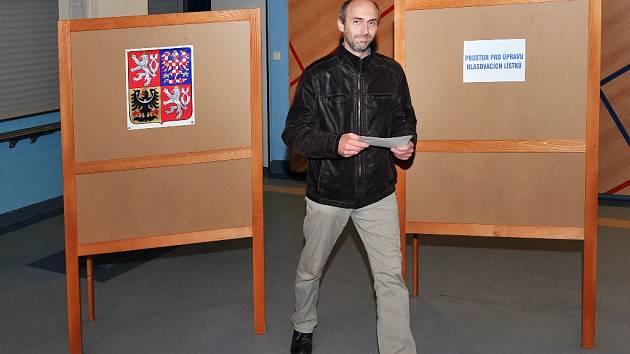Voliči v Základní škole v Harcově v Liberci, lídr ZPLK Jan Korytář.