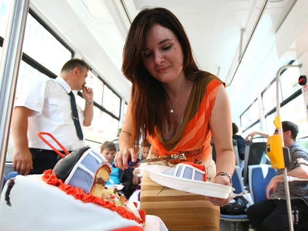 """Dort, který zdobí tramvaje, rozkrájeli během natáčení za jízdy v tramvaji """"Evička"""""""