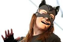 Teprve náctileté publikum převažovalo mezi hudebními fanoušky mladičké tuzemské zpěvačky Ewy Farny, jejíž koncert připravili pořadatelé minulý týden jako open air pod širým nebem v areálu liberecké Tipsport Areny.