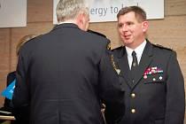Na snímku přijímá gratulaci velitel SDH Višňová Lubomír Erban.