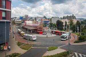 Terminál městské hromadné dopravy ve Fügnerově ulici v Liberci.