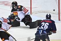 Petr Jelínek z Liberce (vpravo) střílí gól. Zleva David Němeček ze Sparty, brankář Sparty Matěj Machovský.