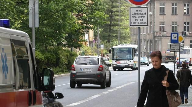 Motoristé se mohou do parkovacího pruhu vrátit až večer nebo o víkendu, kdy tu zákaz zastavení neplatí.