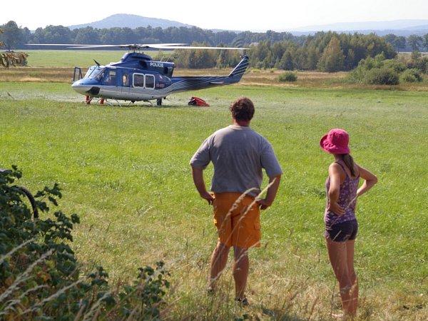 Oheň se vsuchém lese na vrcholku hory snadno rozšířil a hasit ho přijelo deset jednotek hasičů a vrtulník.