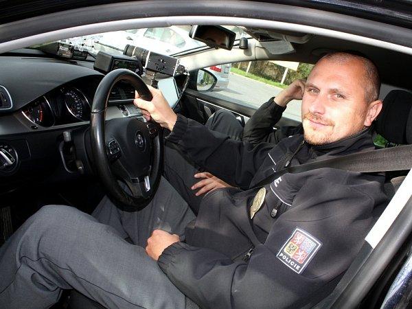 Policista vpolicejním stíhacím automobilu Volkswagen Passat B7 3,6FSI.