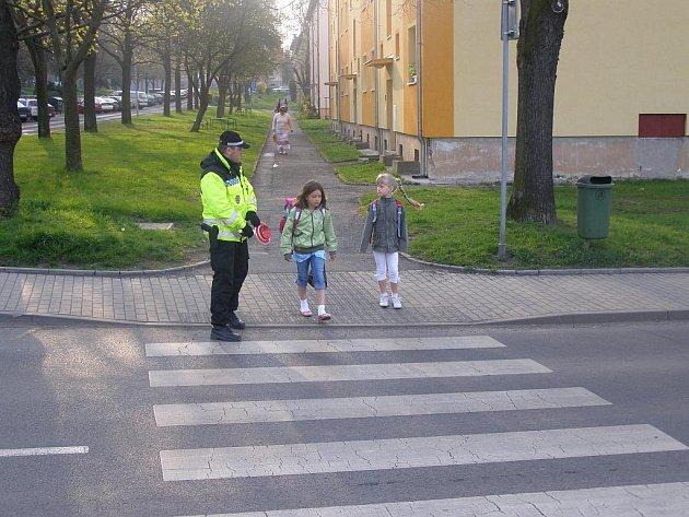 LIBEREČTÍ STRÁŽNÍCI HLÍDKUJÍ PŘIBLIŽNĚ U DVANÁCTI ZÁKLADNÍCH ŠKOL. Děti se tak díky nim bezpečně dostanou přes přechody pro chodce. Hlídky by si však měly všímat i okolí. Ilustrační foto.