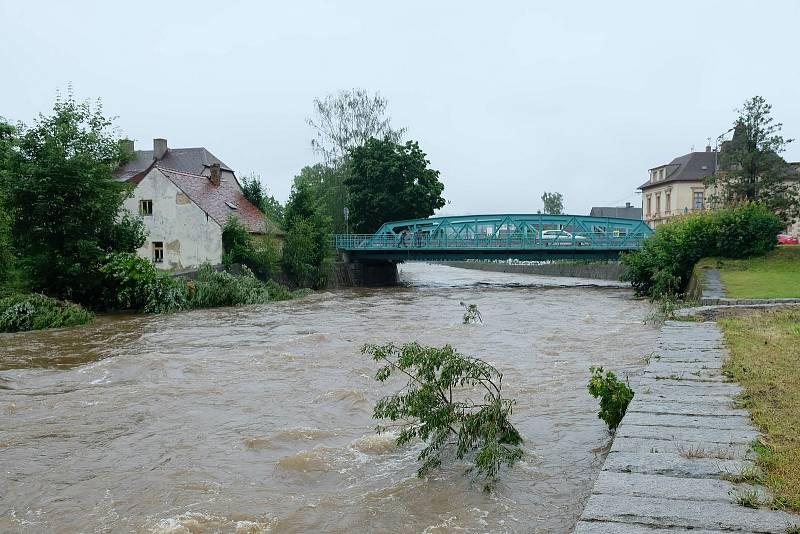 Situace ve Frýdlantě je v souvislosti s povodňovými stavy na tocích Smědé a Řasnice stabilizovaná, bezprostřední nebezpečí už nehrozí.