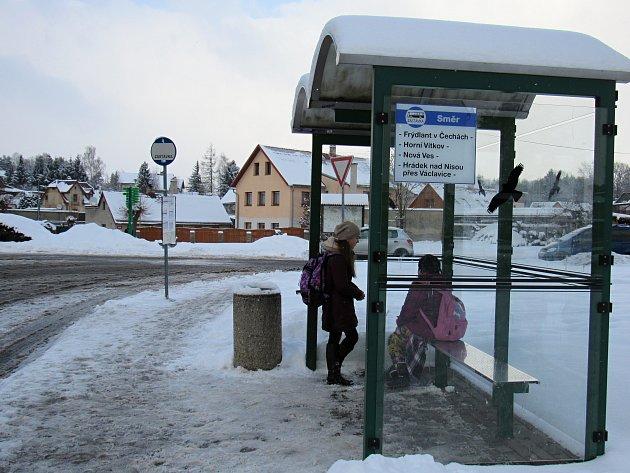 ČEKÁNÍ na autobus je v posledních dnech hlavně pro školáky trochu sázkou do loterie.