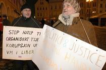 Na Medal Plaza před libereckou radnicí dvě hodiny před medailovým ceremoniálem demonstrovala skupina lidí proti korupci v Liberci.