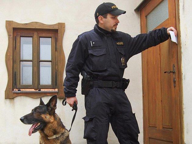 POLICISTA NA OBCHŮZCE kontroluje správné zabezpečení rekreační chaty a na místě nechává vzkaz o své návštěvě. Nejlepší prevencí je však investice do zabezpečovacího systému.
