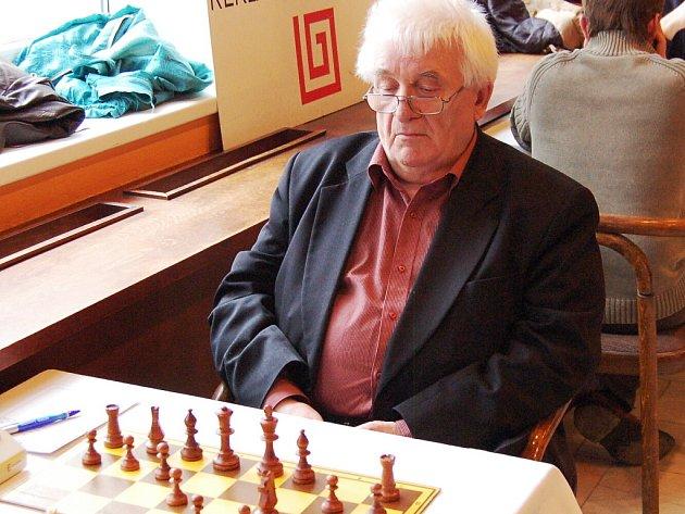 Jevgenij Golcman (72 let) byl nejstarším účastníkem bleskového turnaje a po čtyřech kolech dokonce vedl. Nakonec obsadil čtvrté místo.