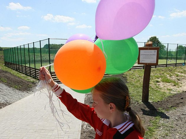 V Křižanech slavnostně otevřeli víceúčelové sportoviště a hřiště pro děti. Oba areály jsou vedle sebe na bývalé louce za obecním úřadem. Oplocené hřiště s umělým povrchem nabízí prostor pro několik druhů míčových her najednou.