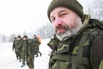 ELITNÍ BRIGÁDA vojenských chemiků v zimních podmínkách. Její příslušníci ošleháni horkým pískem Afghánistánu, etnickými konflikty v Kosovu či zmáčeni českými povodněmi, si v civilu i plné polní tentokrát zatrénovali v blízkém okolí Liberce.