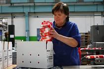 PE-PO JE JEDNIČKA. Pevný podpalovač patří k nejstarším značkám spotřebního zboží u nás. Severochema ho vyrábí od roku 1964. To znamená, že příští rok mu bude padesát. Mezi další legendární výrobky patří iron.