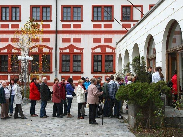 Liberecký zámeček se otevřel veřejnosti. Interiéry chtějí vidět stovky zájemců.