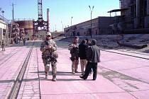 CHEMICI SE PŘIPRAVUJÍ KE VSTUPU, zatímco velitel chemické jednotky podplukovník Karel Dvonč jedná s ředitelem továrny. Odběr vzorků začne za pár chvil.