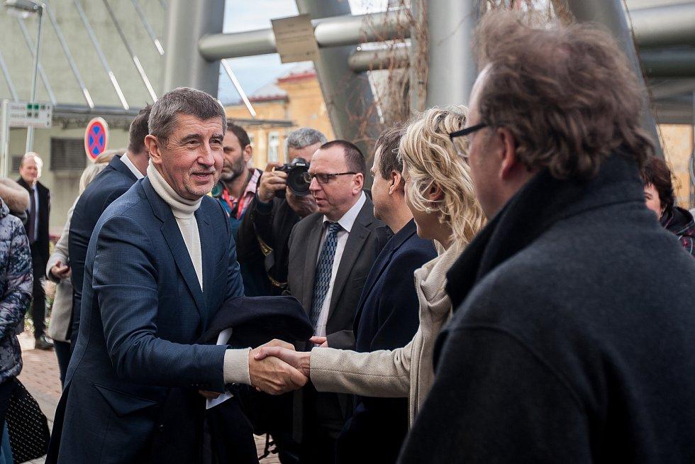 Výjezdní zasedání vlády ČR v Libereckém kraji proběhlo 13. března. Na snímku vlevo je premiér v demisi Andrej Babiš (ANO) při návštěvě Krajské nemocnice v Liberci.