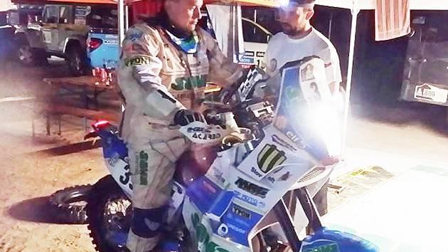 PŘED STARTEM DO DALŠÍ ETAPY. Pabiškův motocykl KTM 450 je opět naleštěn a připraven.