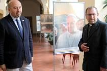 Izraelský velvyslanec přivezl snímky papeže.
