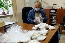 Balíčky připravují pracovníci města.