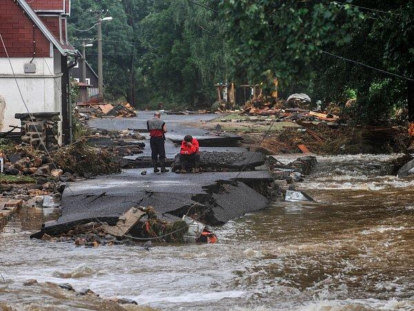 Silnice vHeřmanicích při povodních 2010