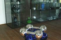 Síň plná skleněných uměleckých výrobků ukazuje moderní pojetí výroby skla. Vidět můžete barevné i čiré sklo v nejrůznějším provedení.