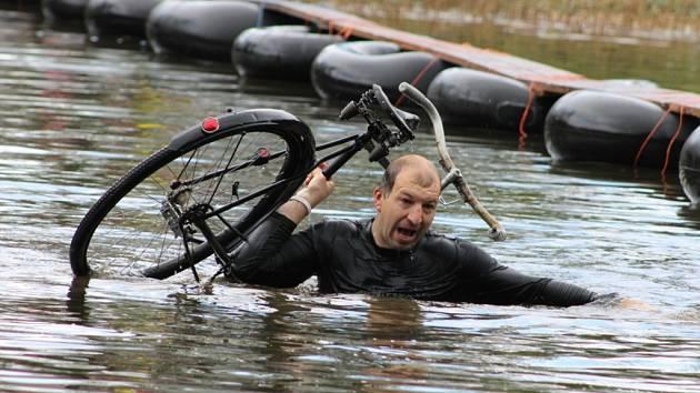 Kundratická lávka se přejížděla na kole i trakaři.