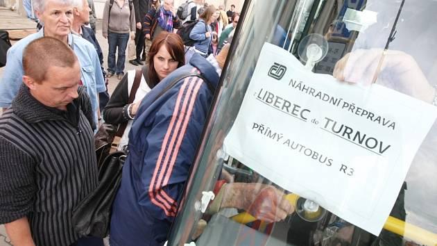 Lidé se v době výluky musejí smířit také s nižším komfortem cestování.