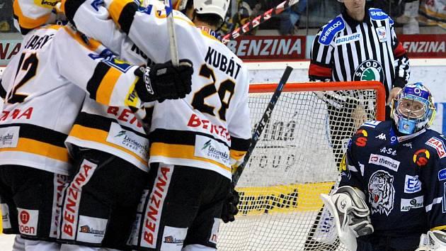 Zatímco litvínovští hokejisté oslavují v nedělním derby jeden z gólů, liberecký brankář Marek Pinc jejich počínání pouze neradostně sleduje. Litvínov vyhrál 5:3.