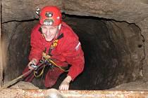 PRÁCE V TERÉNU JE V PODÁNÍ IVANA ROUSE často prolézání a objevování podzemních prostor. Často to jsou jediné objekty, které se po táborech zachovaly nezměněné.