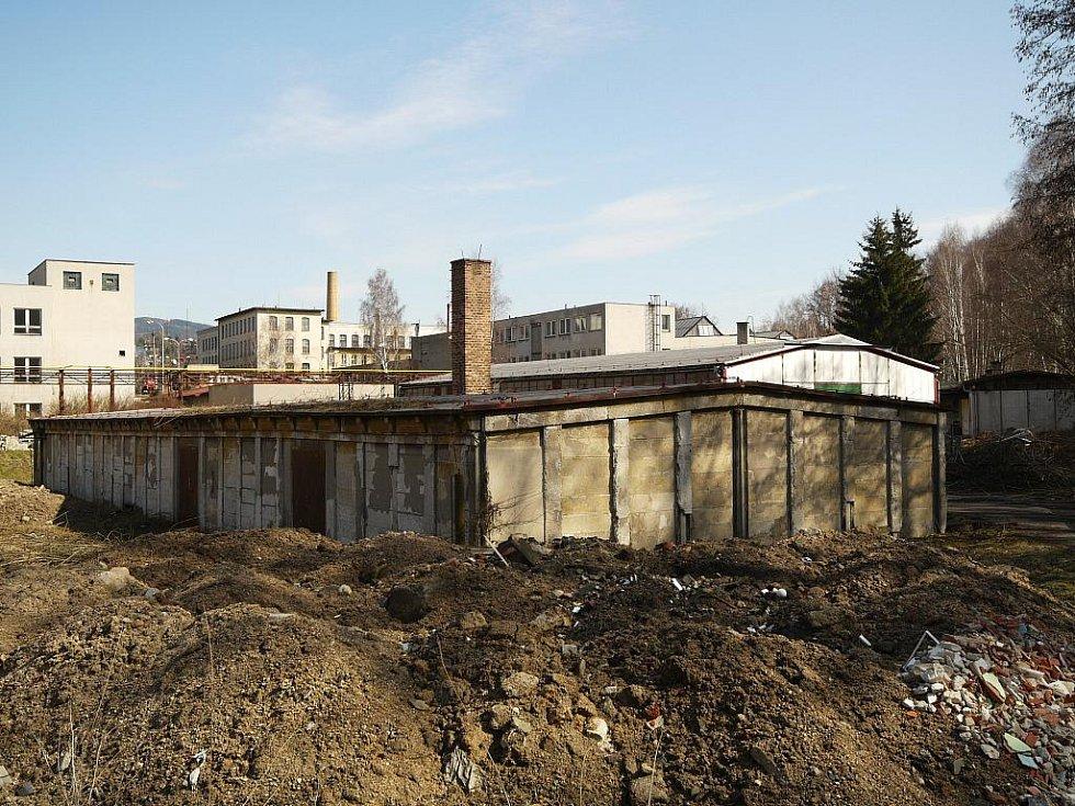 Poslední barák pracovního tábora ve Stráži – dokumentace v rámci výzkumu koncentračních, zajateckých a pracovních táborů na Liberecku v době 2. světové války.