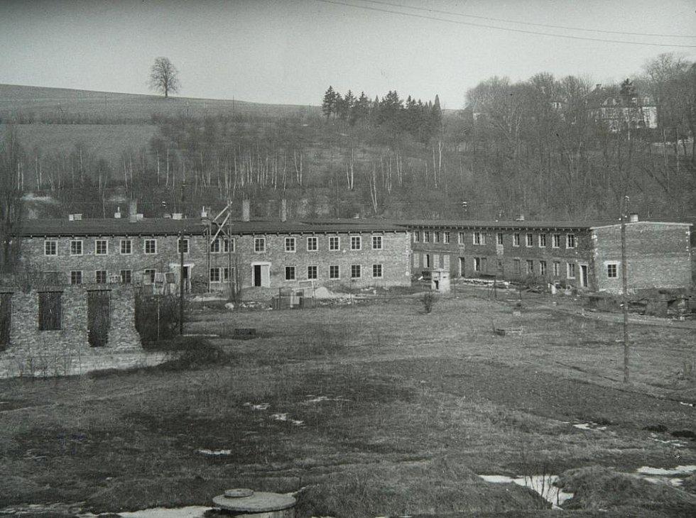 Tzv. Barackenstadt v Chrastavě. Dobová fotografie je jedním z podkladů výzkumu zajateckých, koncentračních a pracovních táborů na Liberecku, který provádí Ivan Rous ze Severočeského muzea v Liberci.