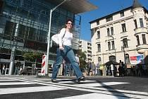 ROZŠÍŘILI I KŘIŽOVATKU. Po rekonstrukci Rumjancevovy ulice v Liberci nejenže vyrostl nový přechod pro chodce před knihovnou, ale navíc stavbaři rozšířili křižovatku.
