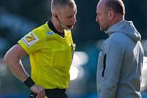 Trenér Slovanu Pavel Hoftych právě dostává žlutou kartu od rozhodčího Petříka.