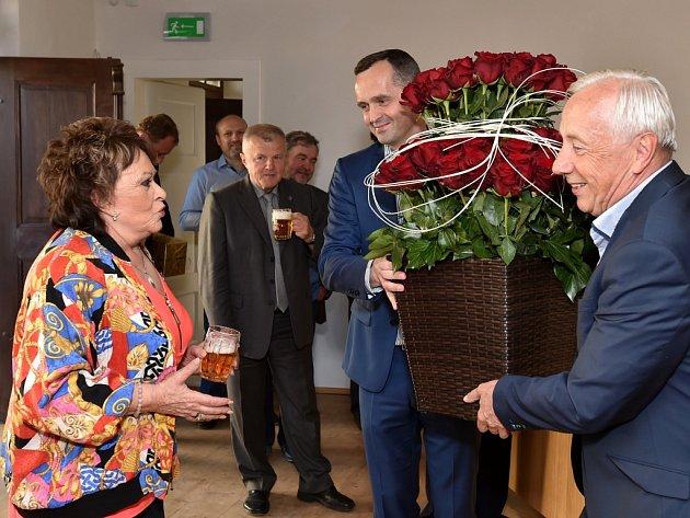 Květin dostala herečka Jiřina Bohdalová ve Svijanech tolik, že by si mohla založit květinářství.