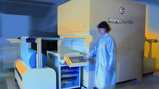 Stroj Nanospider pro průmyslovou výrobu nanovláken.