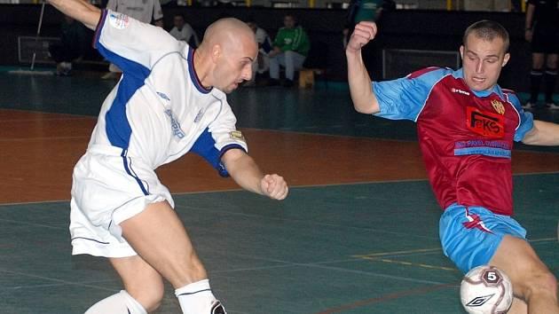 POSLEDNÍ GÓL? Jednu z posledních branek do sítě soupeře v 2.  futsalové lize střílí v utkání proti Táboru liberecký Daniel Suchan (v bílém dresu).
